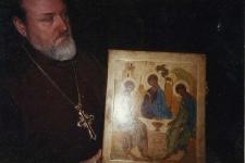 с иконой Троицы