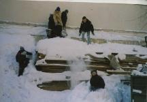 Дети в снегу во дворе